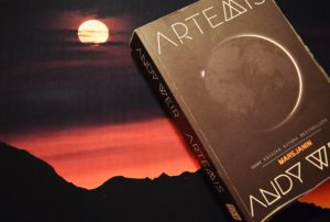 Artemis, Andy Weir, wydawnictwo Akurat, podróż w Kosmos, życie na Księżycu, Marsjanin
